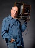 Mann mit hölzerner Fotokamera der Weinlese Stockfoto
