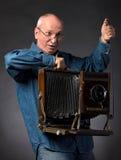 Mann mit hölzerner Fotokamera der Weinlese Lizenzfreies Stockfoto