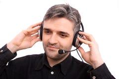 Mann mit hörender Musik des Kopfhörers Stockfotografie