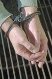 Mann mit Handschellen gefesselte Kriminalpolizei Stockbilder