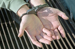 Mann mit Handschellen gefesselte Kriminalpolizei Lizenzfreie Stockfotografie