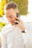 Mann mit Handy in den Händen Lizenzfreies Stockfoto