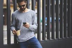 Mann mit Handy schloss an, um zu fasten Radioapparat 5G in durchstreifende genießende Wochenenden Stockbild