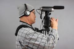 Mann mit HD SLR Kamera und Audiogeräten lizenzfreie stockbilder