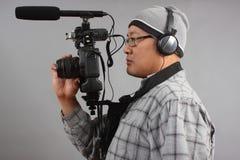 Mann mit HD SLR Kamera und Audiogeräten lizenzfreie stockfotografie