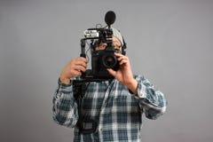 Mann mit HD SLR Kamera und Audiogeräten stockfotografie