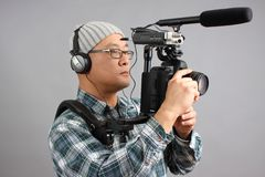 Mann mit HD SLR Kamera und Audiogeräten Lizenzfreies Stockfoto