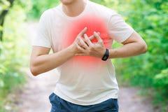 Mann mit Herzinfarkt, Verletzung beim Laufen, Trauma während des Trainings lizenzfreie stockbilder