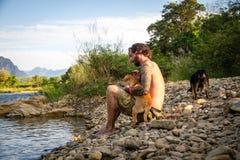 Mann mit Hund Lizenzfreie Stockfotografie