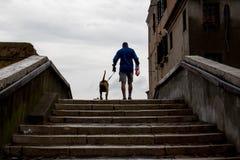 Mann mit Hund in Chioggia stockfoto