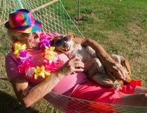 Mann mit Hund in der Hängematte Lizenzfreies Stockfoto