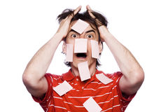 Mann mit Hunderten Post-Itanmerkungen Lizenzfreie Stockbilder