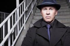 Mann mit Hut und Mantel stockfotografie