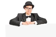 Mann mit Hut und Querbinder hinter einem Panel Stockfoto