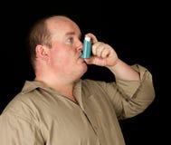 Mann mit Inhalatorasthma auf schwarzem Hintergrund Lizenzfreies Stockbild