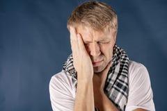 Mann mit Kälte- und Grippekrankheitsleiden von den Halsschmerzen Hintergrund für eine Einladungskarte oder einen Glückwunsch lizenzfreie stockfotografie