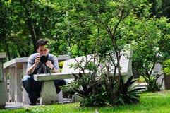 Mann mit Kamera. lizenzfreie stockbilder