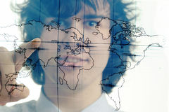 Mann mit Karte der Welt Stockbild