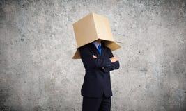 Mann mit Kasten auf Kopf Stockbild