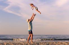 Mann mit Kind draußen lizenzfreie stockbilder