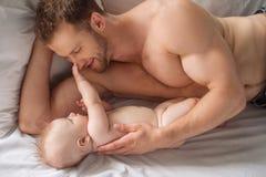 Mann mit kleinem Baby. lizenzfreie stockfotografie