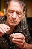 Mann mit kleiner Pille und Fall Stockfoto