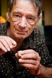 Mann mit kleiner Pille und Fall Lizenzfreies Stockbild