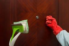 Mann mit klopfendem Türkonzept der Bürste und des Handschuhs der Reinigung Lizenzfreie Stockbilder