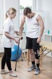 Mann mit Knie Orthosis stockfoto