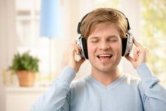 Mann mit Kopfhörern Stockfoto