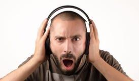 Mann mit Kopfhörern schreiend Lizenzfreie Stockfotografie