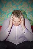 Mann mit Kopfschmerzen lizenzfreie stockbilder