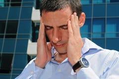 Mann mit Kopfschmerzen Betonter Geschäftsmann, der unter Kopfschmerzen leidet Stockfotos