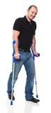 Mann mit Krücke lizenzfreies stockbild