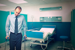 Mann mit Krücke im Krankenhaus stockbild