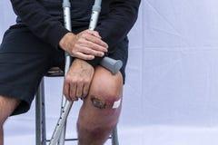 Mann mit Krücken Stockfoto