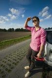 Mann mit Kraftstoff kann durch Automobil stockbilder