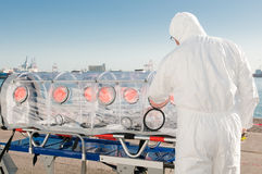 Mann mit Krankenwagenbett für Virus oder Kernwarnung Lizenzfreies Stockfoto