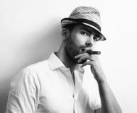 Mann mit kubanischer Zigarre Stockbild