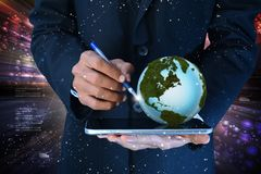 Mann mit Kugel und Tablet-Computer Stockfoto