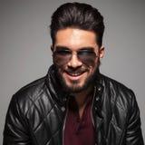 Mann mit langem Bart lächelnd zur Kamera Lizenzfreie Stockfotos