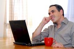 Mann mit Laptop Lizenzfreie Stockfotografie