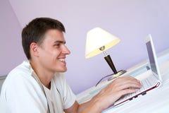 Mann mit Laptop Lizenzfreie Stockfotos