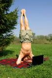 Mann mit Laptop Lizenzfreies Stockfoto