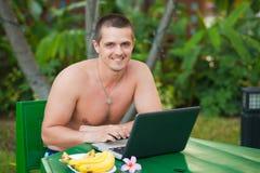 Mann mit Laptop Stockfotos