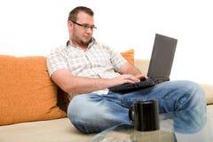 Mann mit Laptop Stockfotografie