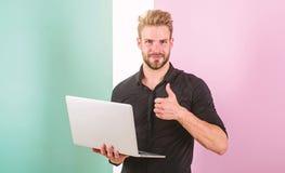Mann mit Laptop arbeitet als smm Experte Stilvoller moderner Auftrittmanager des Kerls, Inhalt für soziale Netzwerke produzierend stockfotografie