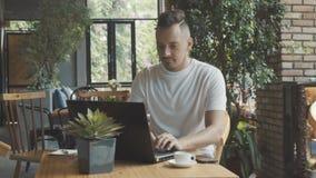 Mann mit Laptop-Computer Anfangsneuem Geschäftsprojekt am Café Junger Geschäftsmann stock video