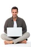 Mann mit Laptop lächelnd an der Kamera Lizenzfreie Stockfotos