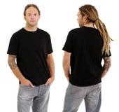 Mann mit leerem schwarzem Hemd und Dreadlocks Stockfotografie